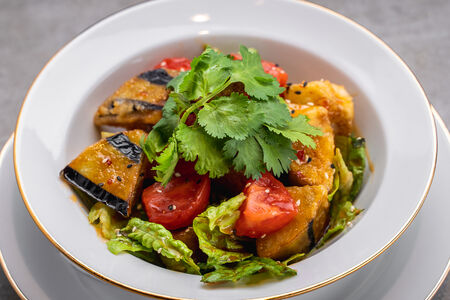 Салат с баклажанами, помидорами и романо