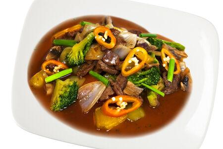 Кусочки говядины, жаренные с брокколи и овощами