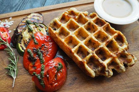 Мясная вафля с перечным соусом и овощами гриль