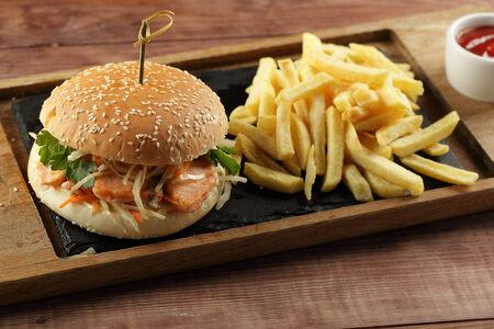 Бургер с лососем