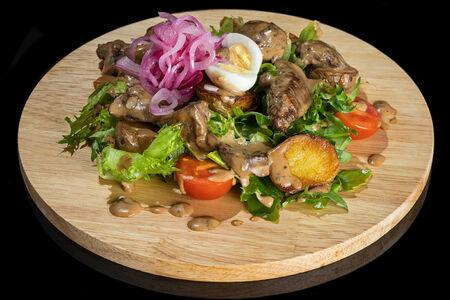 Салат с куриной печенью и соусом Демиглас