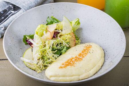 Обжаренный сыр халуми с салатом из яблок