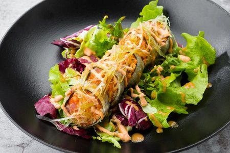 Ролл с тунцом в кляре и салатным миксом
