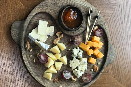Сырное ассорти с фруктовым конфитюром