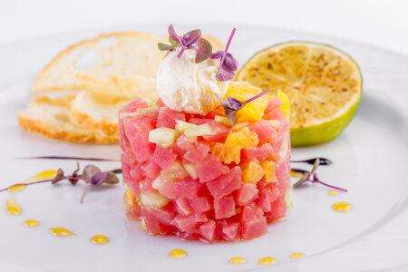 Тартар из тунца с мандарином и мятным мороженым