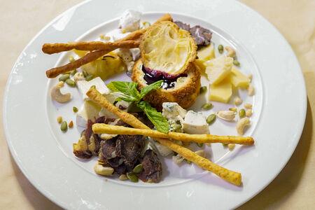 Сет благородных сортов сыра с мясными специалитетами