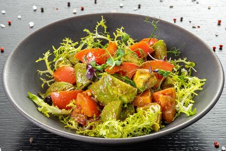 Салат из розовых помидоров и авокадо