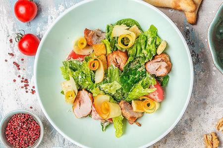 Теплый салат с курицей и копченым сыром сулугуни