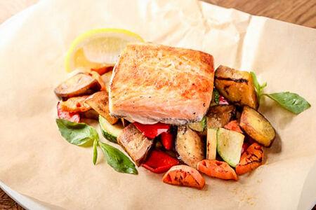 Красная рыба с овощами на гриле