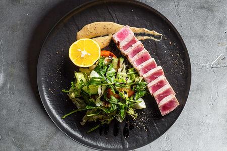 Тунец с овощным салатом