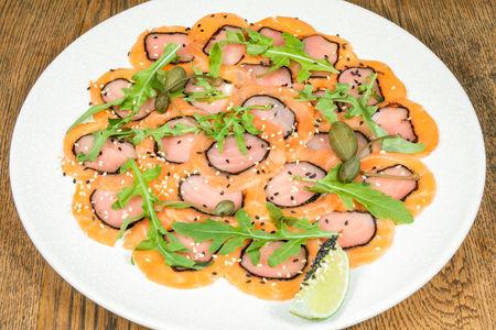 Карпаччо из лосося и тунца с рукколой
