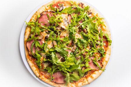 Пицца с грибами, ветчиной и рукколой