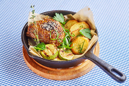 Куриное бедро в орехово-горчичном маринаде с картофелем и кабачком
