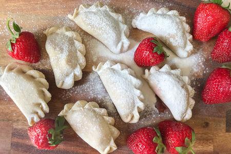 Замороженные вареники со свежей клубникой