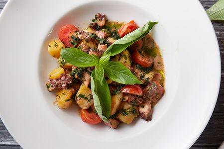 Салат из осьминога с картофелем и каперсами