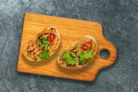 Бутерброды с пряным лососем и перцем чили