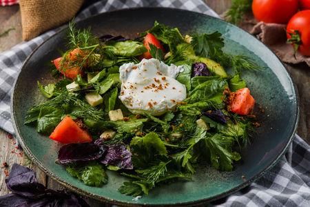 Салат с кавказскими травами и яйцом пашот