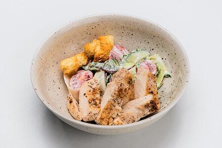 Салат с курицей гриль