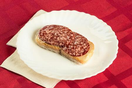 Бутерброд с колбасой сырокопченой