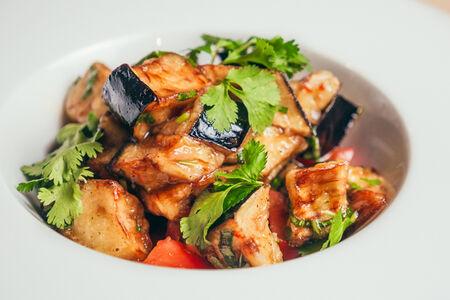 Салат с баклажанами и томатами в тайском соусе