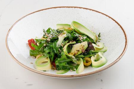 Зеленый салат с авокадо и спаржей