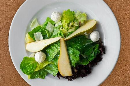 Салат с грушей и сыром буко