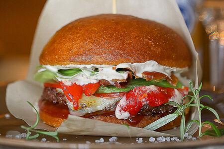 Бургер с мраморной говядиной и пармой