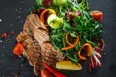 Салат с рукколой и говядиной