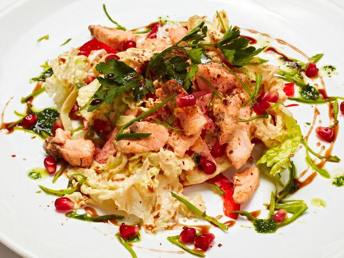 Салат из обжаренного лосося