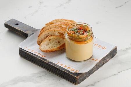 Хумус с овощной икрой и багетом