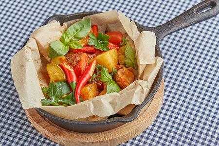 Овощи запеченные в конверте с томатным соусом и травами