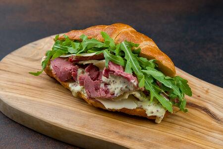 Сэндвич с пастрами и сыром эмменталь