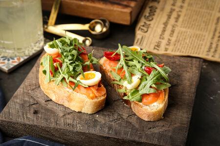 Брускетты со слабосоленым лососем и сливочным сыром