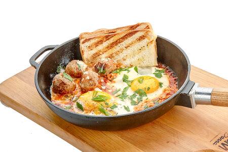 Фрикадельки в томатном соусе с яичницей и тостом