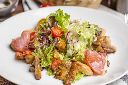 Салат с лесными грибами и карпаччо