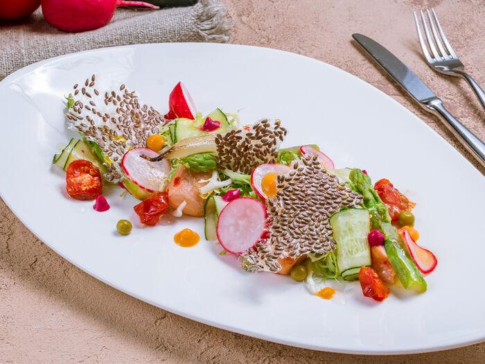 Салат с лососем, овощами и льняными чипсами