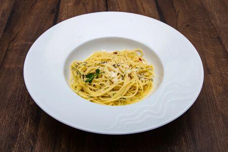 Спагетти с чесноком и острым перцем