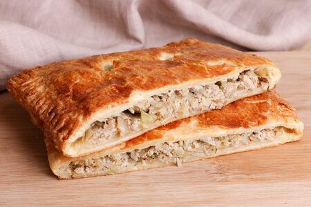 Пирог слоеный с капустой и мясом