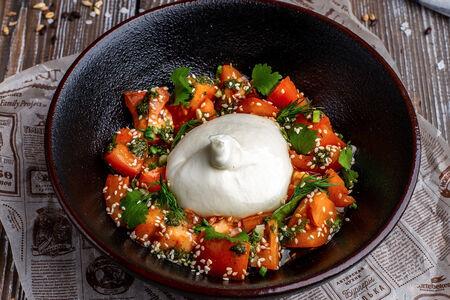 Салат из томатов с сыром буррата и песто