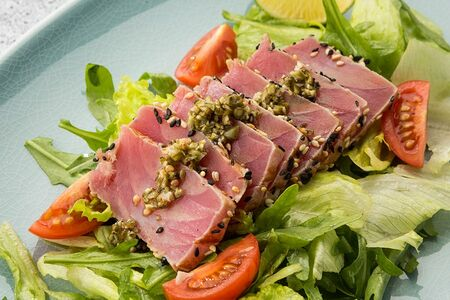 Тальятта из тунца с овощным салатом