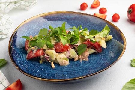 Салат с овощами, грецким орехом и свежей зеленью