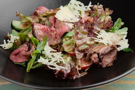 Салат из свежих овощей с ростбифом