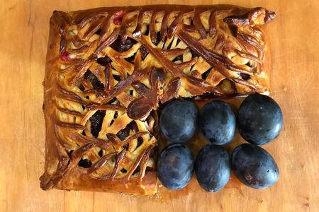 Пирог со свежей сливой