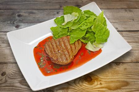 Стейк из говяжей вырезки с соусом из красного вина