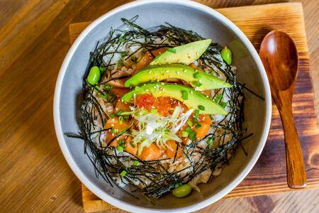Донбури с лососем и авокадо