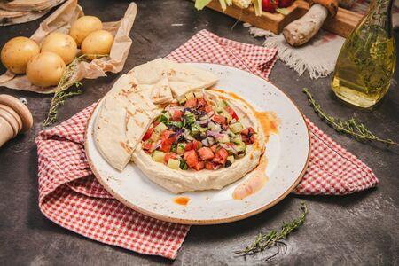 Хумус с салатом из свежих овощей и питой