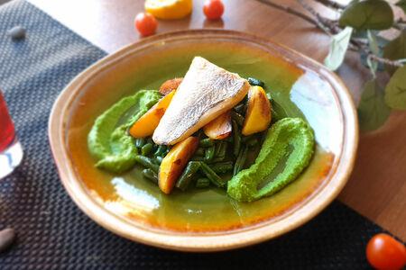 Судак с муссом из зеленого горошка и сезонными овощами гриль