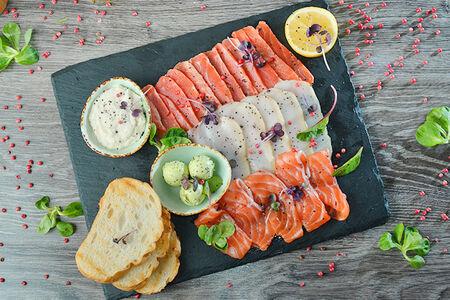 Ассорти рыбной нарезки с подсушенными тостами