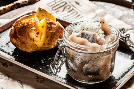 Сельдь домашняя с запеченным картофелем и ароматным маслом