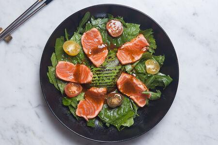 Салат с татаки из лосося